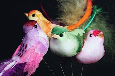 Декоративная птичка из перьев